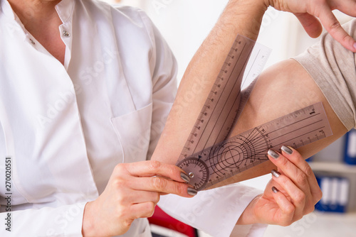 Foto auf Leinwand Texturen Female doctor checking patient's joint flexibility with goniometer