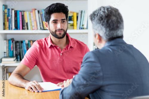 Photo Junger Bewerber hört beim Bewerbungsgespräch zu