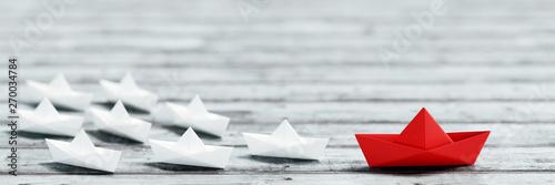 Obraz Individualität und Führung Konzept mit Origami Boot - fototapety do salonu