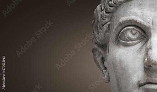 Fotografía  Statue of Roman Nobel Man, his face at closeup, isolated at smooth gradient back