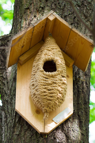 Foto tree house for birds on the tree, birdhouse from the tree for wintering birds