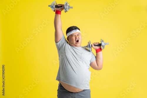 Foto  Fat men are exercising by lifting weights.