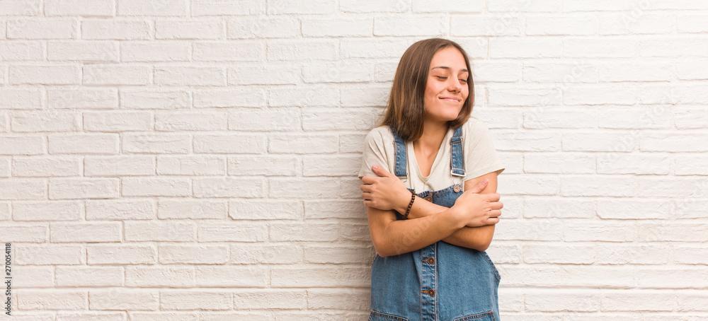 Photo  Young hipster woman giving a hug