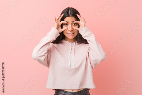 Young pretty arab woman wearing a casual sport look keeping eyes opened to find a success opportunity Fototapet