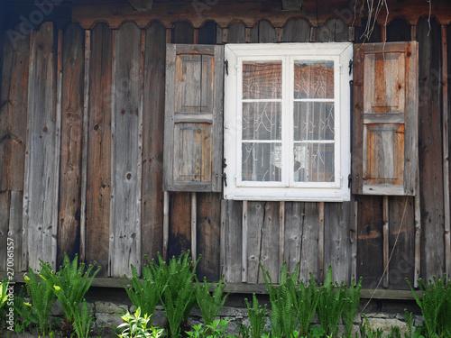 Zamkniete drewniane okno