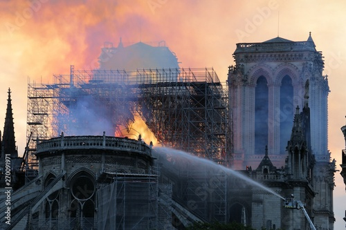 Fotografia  Cathedrale Notre Dame de Paris en feu