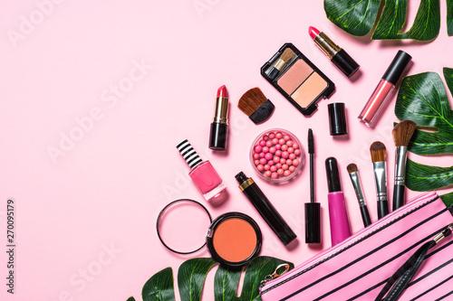 Makijaż profesjonalnych kosmetyków na różowym tle.