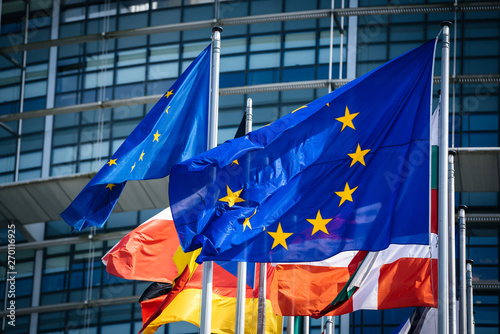 Foto  Close-up flags of all member states of the European Union waving in calm wind in front of the Parliament headquarter on the day of 2019 European Parliament election