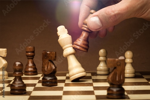 Foto Businessman playing chess close up