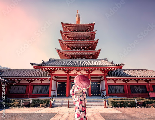 Fotomural  Girl with traditional dress in Senso-ji temple in Asakusa, Tokyo