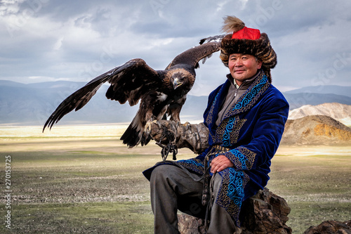 Fotografia Mongolian Eagle Hunter with His Eagle, Bayan-Olgii, West Mongolia