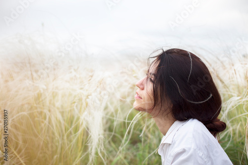 Fotografia  Beautiful young woman relaxing in the nature at sunny day