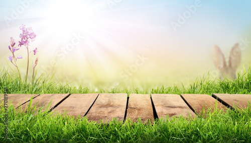 Photo A wooden table with a sunny summers green pasture background