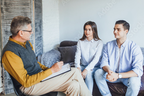 Fototapeta Psychologist working with married couple at home! obraz na płótnie