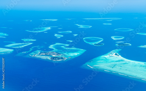 Fotomural  Maldives islands top view from airplane window