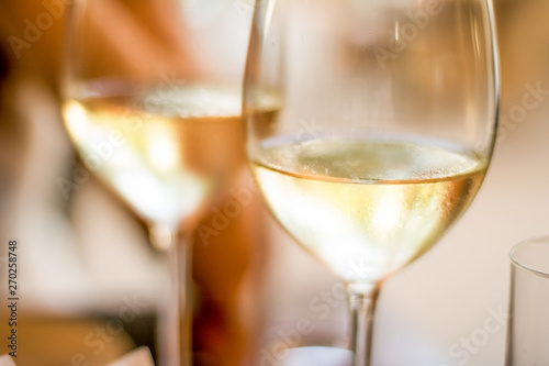Photo French white wine in a restaurant in Paris, travel experience
