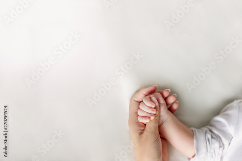 Fotografia Hands of mother and baby closeup with copy space