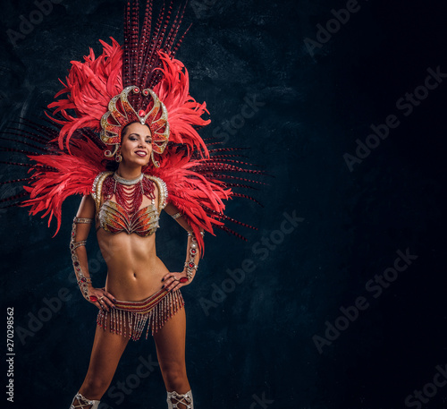 Photo  Happy beautiful brasil dancer in red feather costume is dancing on small scene