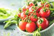 Frische kirschtomaten mit wassertropfen macro aufnahme .