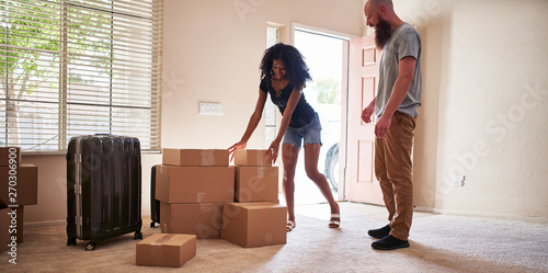 Canvastavla  interracial couple moving into new house with boxes