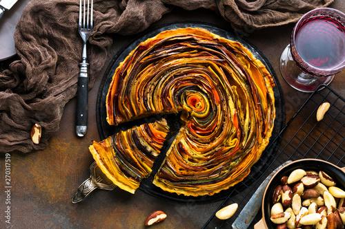 Poster Spiraal Spiral Gemüse Tarte auf bunt dekoriertem tisch.