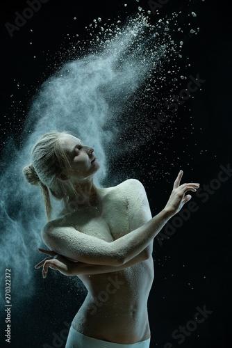 modelka-tanczaca-w-chmurze-pylu