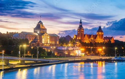 Obraz Panoramiczny widok na miasto Szczecin w nocy - fototapety do salonu