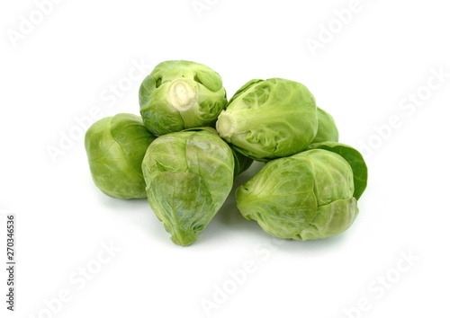 La pose en embrasure Bruxelles a pile of Brussels sprouts on a white background.