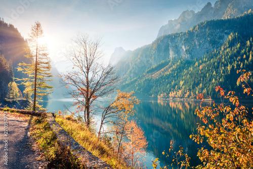 zapierajaca-dech-w-piersiach-jesienna-scena-jeziora-vorderer-gosausee-na-tle-lodowca-dachstein-atrakcyjny-ranek-widok-austriaccy-alps