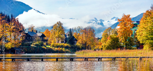 Foto auf AluDibond Honig Colorful autumn panorama of Altausseer See lake. Sunny morning view of Altaussee village, district of Liezen in Styria, Austria. Beauty of countryside concept background.