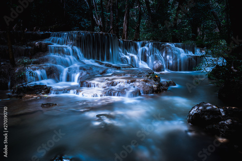 Poster Bleu nuit long exposure waterfall in the park at night