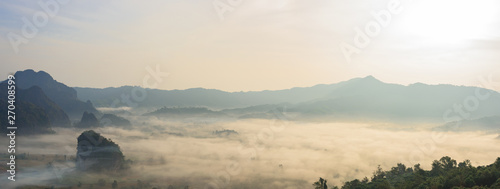 Photo Panoramic foggy landscape with mountains in morning
