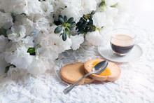 Apparecchiatura Romantica Del Tavolo Della Colazione, Con Fiori Di Azalea Bianca, Tazza Di Caffè E Biscotti Con Marmellata