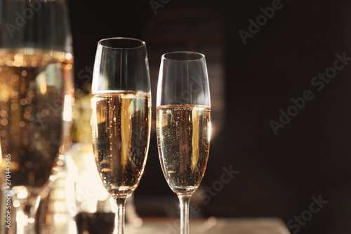 Fotografía  Glasses of champagne in bar. Space for text