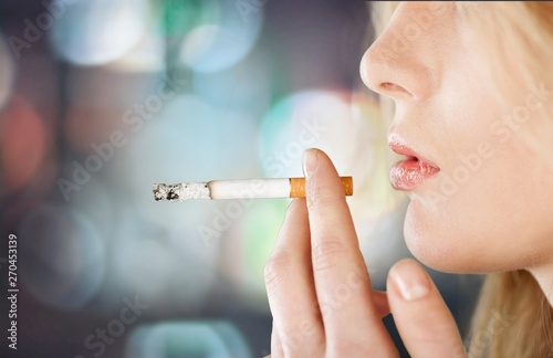 Fotografía Portrait of the young elegant girl smoking cigarette isolated