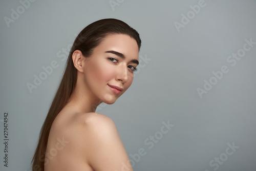 Küchenrückwand aus Glas mit Foto womenART Serene young woman is against grey background