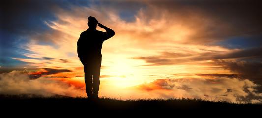 Żołnierz pozdrawiać o zachodzie słońca