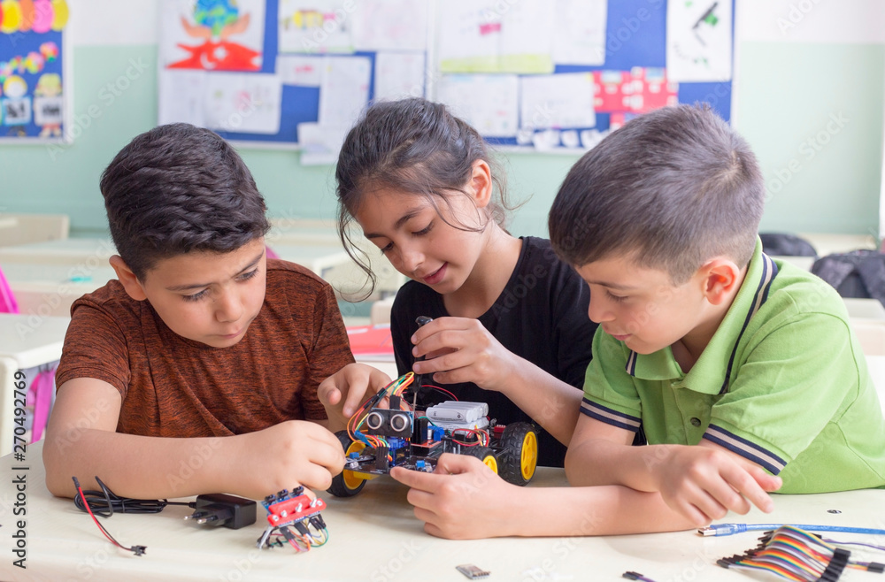 Fototapety, obrazy: turkish student group are developing the robot in the classrom