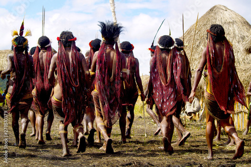 Photo  dani people during tribe festival in wamena-baliem valley-papuasia-indonesia