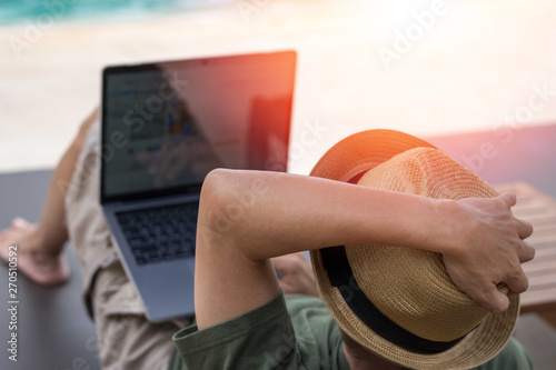 Foto  Easy relax business man lifestyle with computer in hotel resort sitting hands behind head for happy businessman people with work life balance