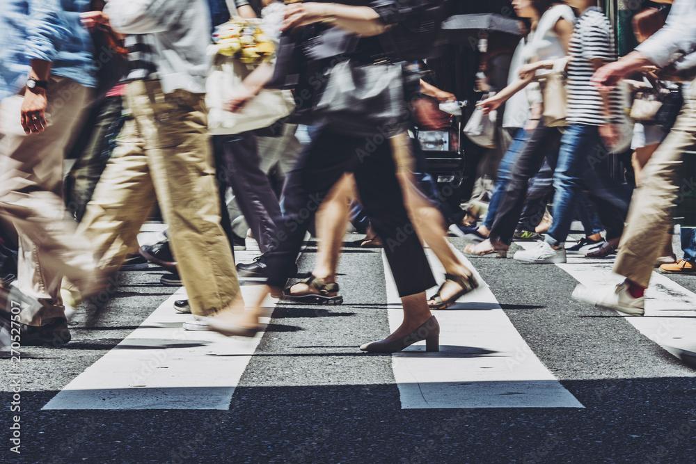 Fototapeta 横断歩道を渡る人々
