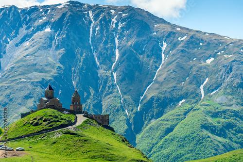 wysoki-kaukaz-gruzja-widok-na-kosciol-prawoslawny-trojcy-na-gorze