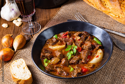 Foto classic beef goulash with peppers and onions