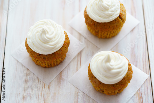 Photo  Carrot cupcakes with vanilla frosting