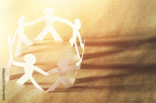Fotografia  Circle of paper people on paper background
