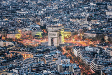 FototapetaAerial view of the Arc de Triomphe de l'Etoile (The Triumphal Arch) in Paris at sunset with traffic lights.