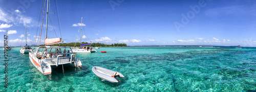 Foto Catamarans anchored near a beautiful beach, panoramic view