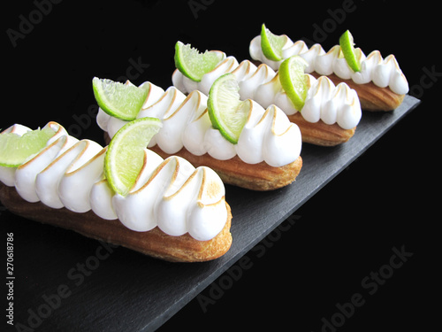 Fotografia Lime eclairs with toasted meringue and frech line slices
