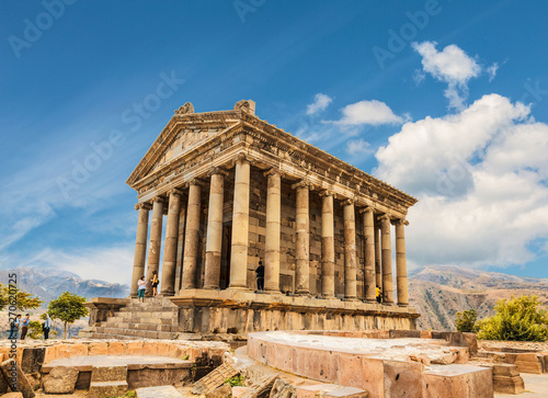 In de dag Bedehuis Tourists near the Temple of Garni - a pagan temple in Armenia was built in the first century ad by the Armenian king Trdat