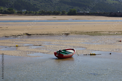 Barca en la ría de San Vicente de la barquera. Fototapeta